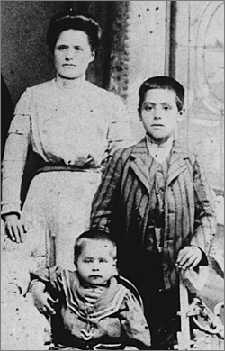 11- jährig mit seiner Mutter und seinem Bruder