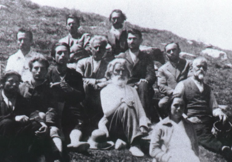 Peter Deunov au centre, Omraam Mikhaël Aïvanhov (alors Mihail Ivanov) sur sa droite